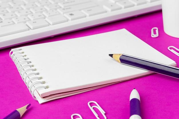 Schoolkantoorbehoeften op een roze. terug naar school creatieve benodigdheden