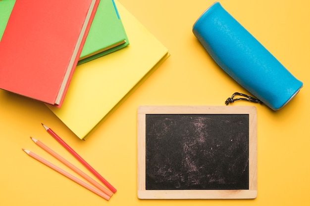 Schoolkantoorbehoeften op gele achtergrond