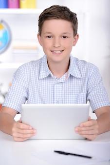 Schoolkind die het leren maken tijdens les op school