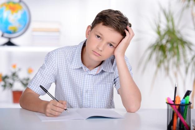 Schoolkind die het leren maken tijdens les op school.