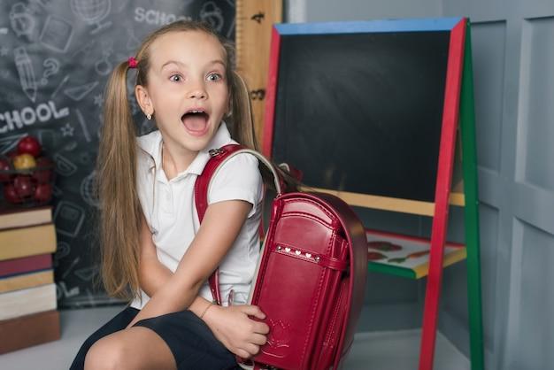 Schoolkind in een klaslokaal met bord terug naar school