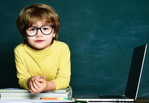 Schoolkind of kleuter leren. kleine studentenjongen blij met een uitstekend cijfer. kinderen komen te laat