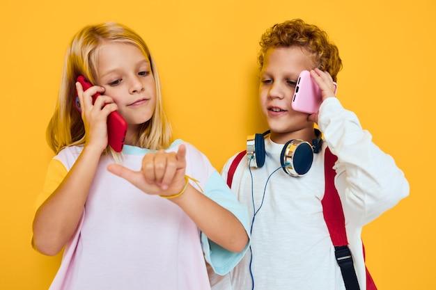 Schoolkinderen gebruiken gadgets met koptelefoon studio onderwijs concept. hoge kwaliteit foto