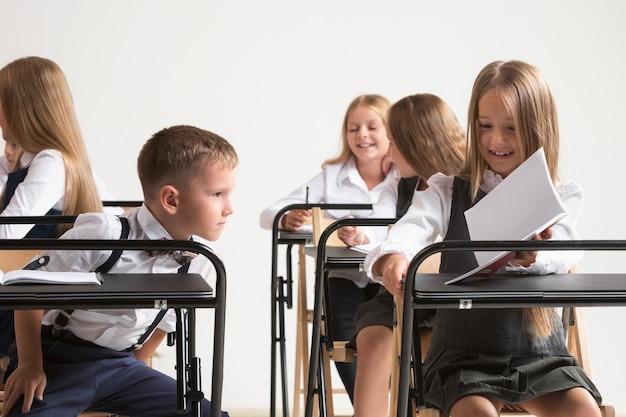 Schoolkinderen in de klas op les