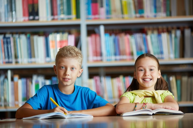 Schoolkinderen leren in de bibliotheek