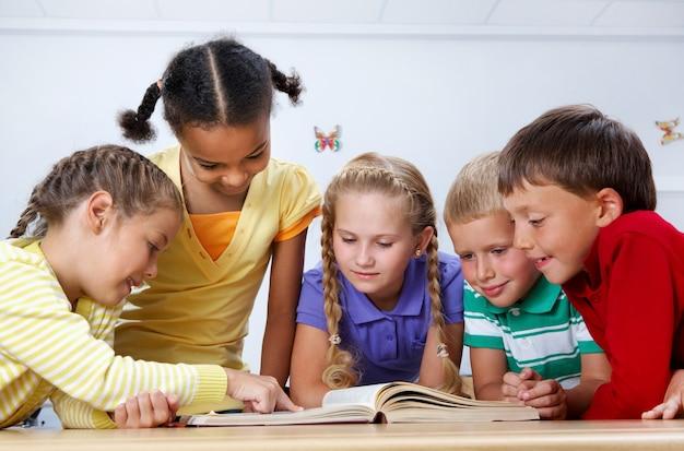 Schoolkinderen lezen in de bibliotheek