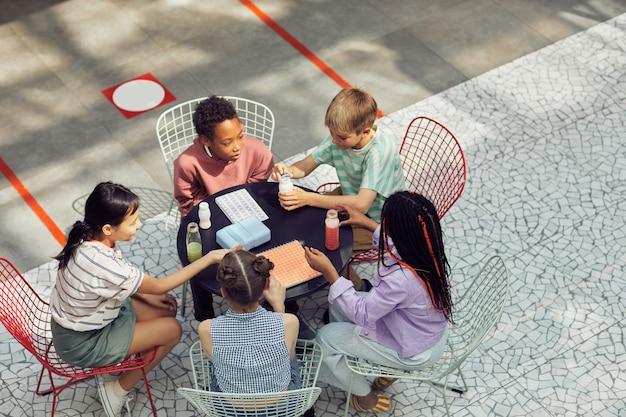 Schoolkinderen lunchen buiten