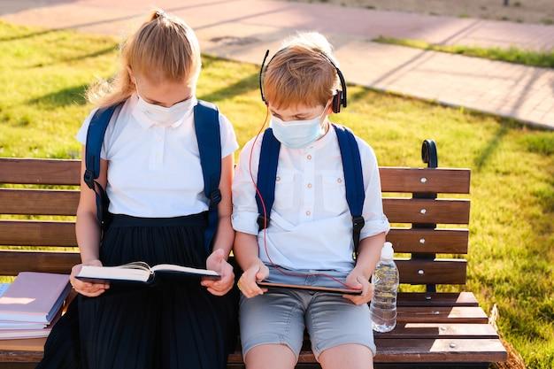 Schoolkinderen met beschermingsmaskers