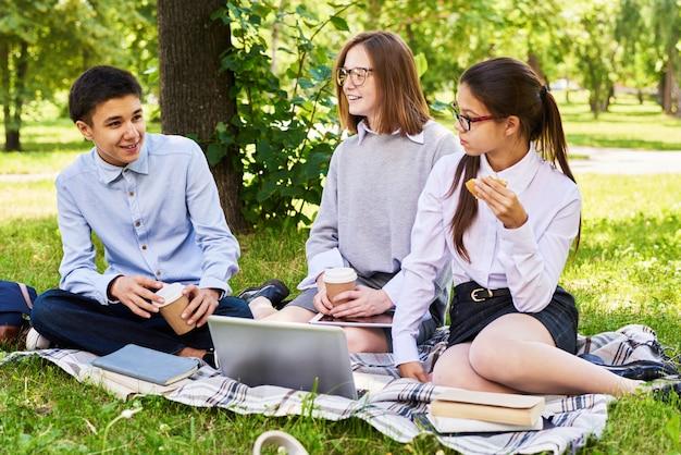 Schoolkinderen op picnic
