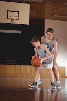 Schoolkinderen spelen basketbal