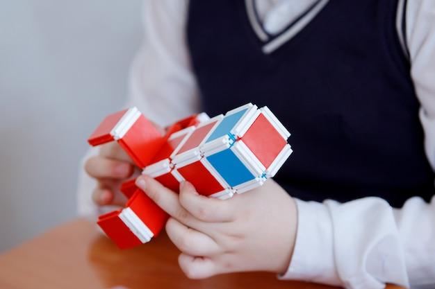Schoolkinderen spelen in bouwdoos plastic blokken bij een les op de basisschool