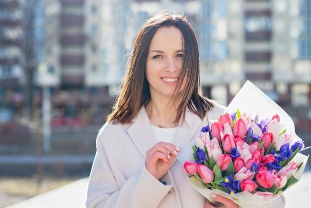 Schoolleraar met bloemen. afscheid bell dag van kennis