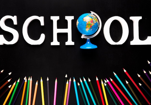 Schoollogo en kleurrijke potloden