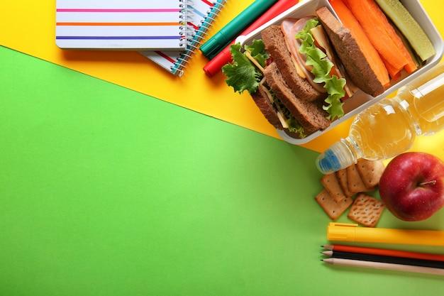 Schoollunch en briefpapier op tafel