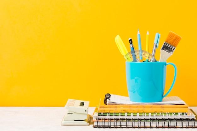 Schoolmaterialen met oranje achtergrond