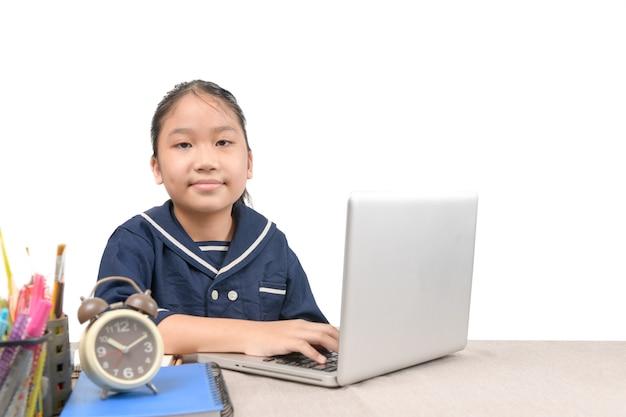 Schoolmeisje dat online onderwijslessen leert en zich verveeld en depressief voelt geïsoleerd op een witte achtergrond, vanwege het uitbreken van covid 19 en het onderwijsconcept