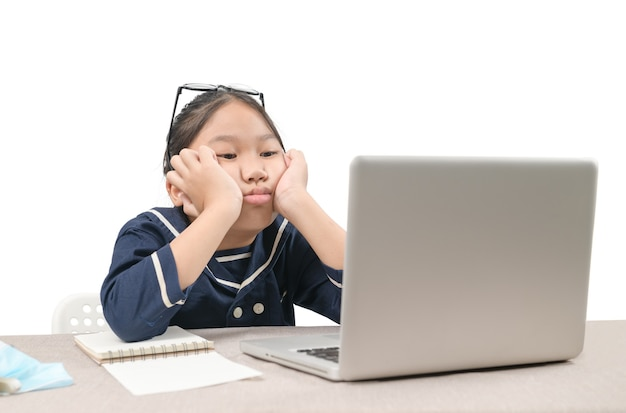 Schoolmeisje die online onderwijsklassen leren die zich verveeld en depressief voelen geïsoleerd op een witte achtergrond, vanwege de uitbraak van covid 19 en het onderwijsconcept
