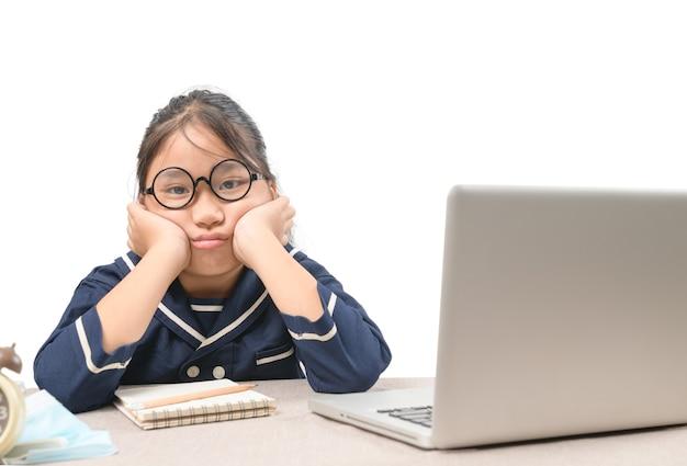 Schoolmeisje die online onderwijslessen leert die zich verveeld en depressief voelen geïsoleerd, vanwege het uitbreken van covid-19 en het onderwijsconcept