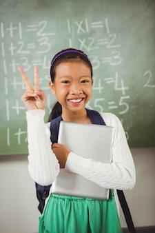 Schoolmeisje doet het vredesteken
