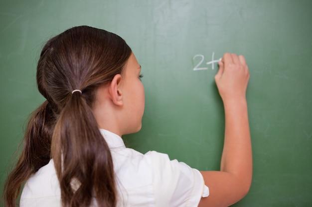 Schoolmeisje een toevoeging schrijven