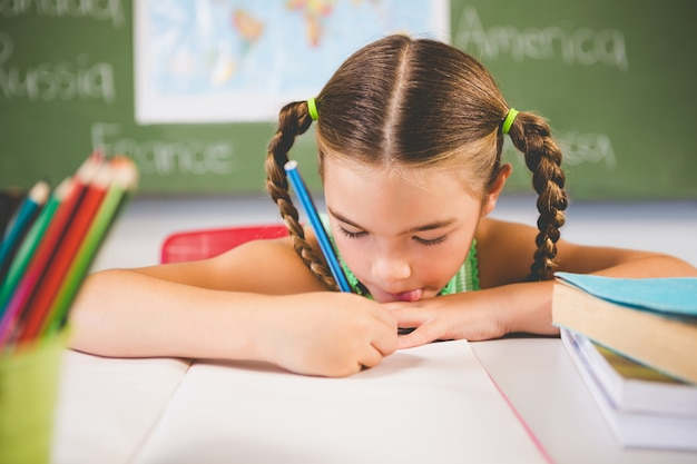 Schoolmeisje huiswerk in de klas