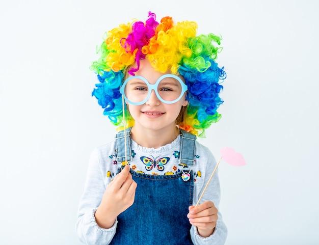 Schoolmeisje in kleurenpruik