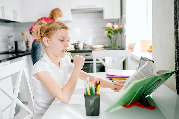Schoolmeisje kijken naar online onderwijs klas op internet thuis