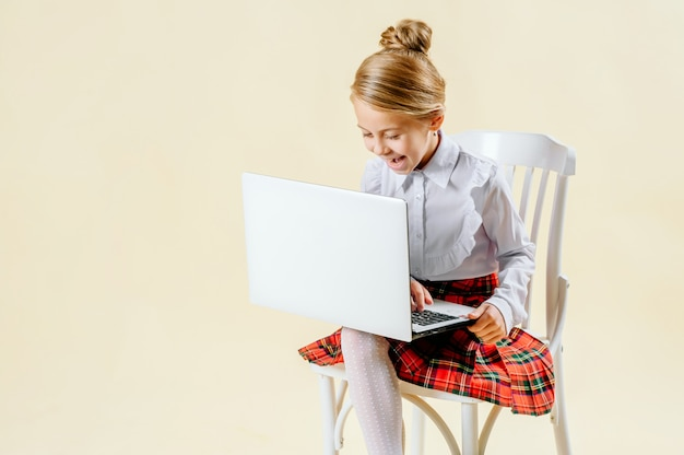 Schoolmeisje kijkt naar de laptop