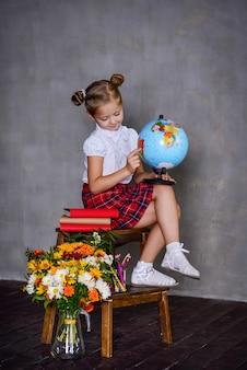 Schoolmeisje met bolaarde. school concept