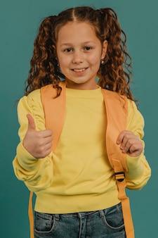 Schoolmeisje met geel overhemd