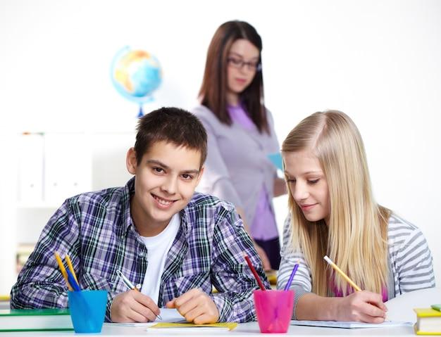 Schoolmeisje proberen om vals te spelen tijdens een test