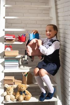 Schoolmeisje rugzak voorbereiden voor schoolonderwijs voor kinderen terug naar school kleine schoolmeisjesverzamel...