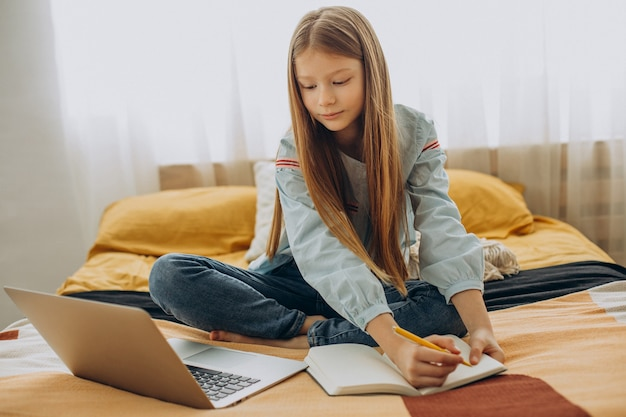 Schoolmeisje studeren thuis, leren op afstand