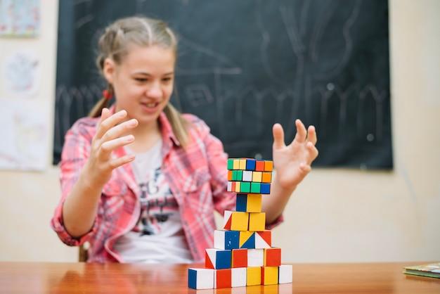 Schoolmeisje zitten met puzzels