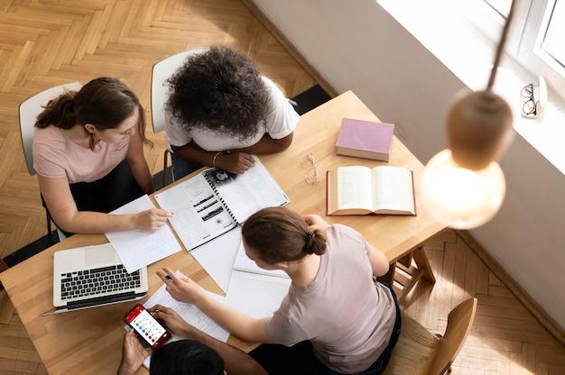 Schoolmeisjes die samen studeren