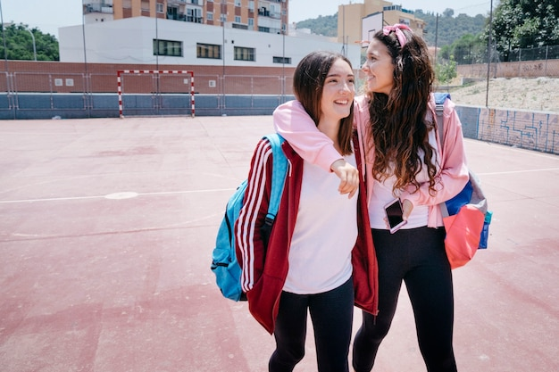 Schoolmeisjes op schoolwerf