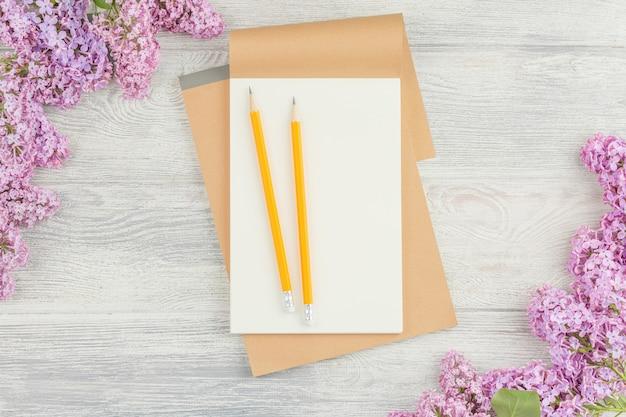 Schoolnotitieboekje met potlood op houten tafel