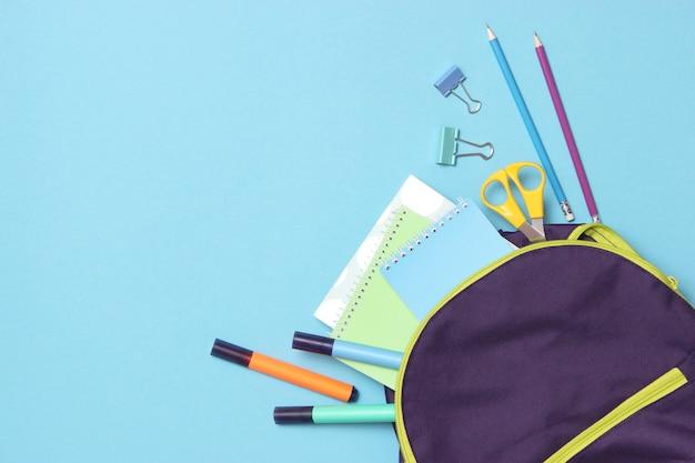 Schoolrugzak en schoolpapierconcept terug naar school