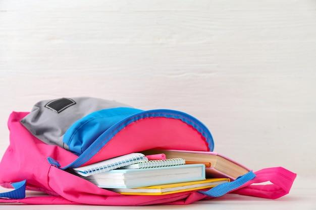 Schoolrugzak met briefpapier op tafel