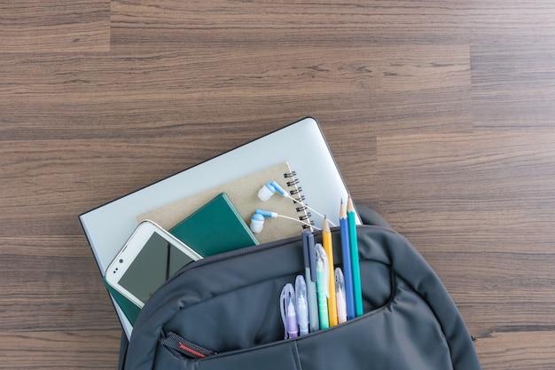 Schoolrugzak met toebehoren voor student in bovenaanzicht