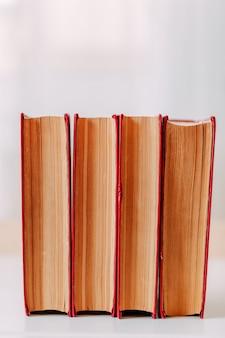 Schoolspullen. grote rode boeken op tafel.