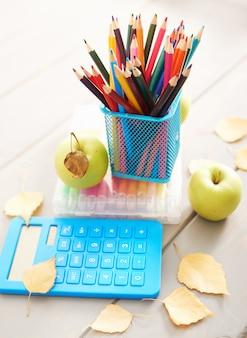 Schoolspullen op het bureau, terug naar school