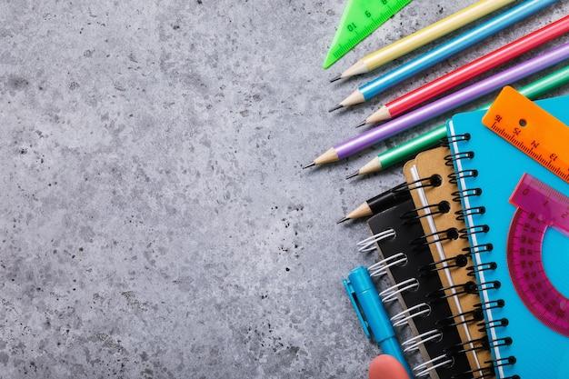 Schoolspullen op het bureau