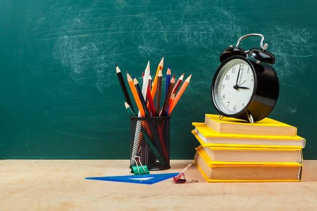Schoolspullen. schrijfgerei en wekker. tijd om concept te studeren