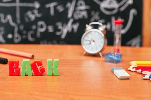 Schoolstilleven, plastic letters