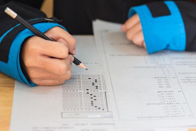 Schoolstudenten overhandigen examens