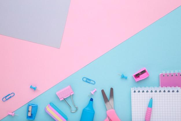 Schooltoebehoren op kleurrijke achtergrond met exemplaarruimte. terug naar school concept, minimalisme