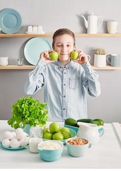 Schoon eten van gezonde kookingrediënten. frame met voedsel. superfoods concept. fitness ontbijt. gezond eten en eten, dieet, vegetarische keuken, koken concept en gewichtsverlies. kind jongen in de keuken