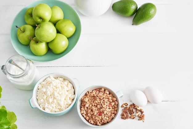Schoon eten van gezonde kookingrediënten. frame met voedsel. superfoods concept. fitness ontbijt. gezond eten en eten, dieet, vegetarische keuken, koken concept en gewichtsverlies. vers voedsel op tafel