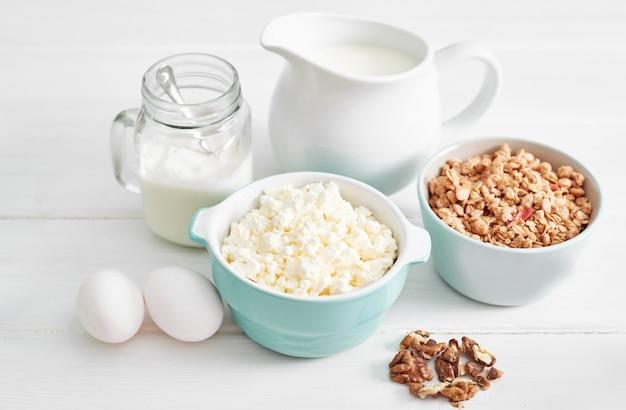 Schoon eten van gezonde kookingrediënten. frame met voedsel. superfoods concept. fitness ontbijt.gezond eten en eten, dieet, vegetarische keuken, kwark en havermout met melk op tafel